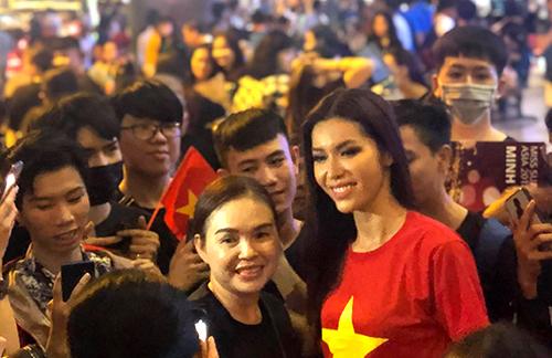 Minh Tú vừa về đến TP HCM vào gần 20h. Cô cho biết mặc sẵn áo cờ đỏ sao vàng để đi bão cùng người hâm mộ đội tuyển Việt Nam.
