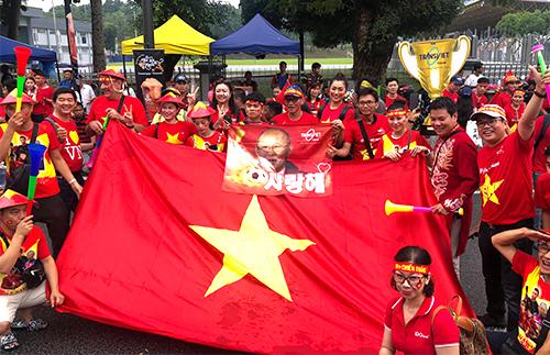 Cổ động viên Việt Nam ở sân Jalil