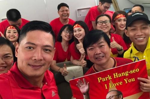 Bình Minh chụp ảnh lưu niệm cùng hội cổ động viên.