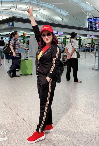 Diễn viên hài Kiều Linh và chồng Mai Sơn cũng đã đáp chuyến bay sang Malaysia cổ vũ tuyển Việt Nam.