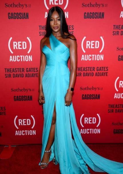 Siêu mẫu Naomi Campbell tại thảm đỏ buổi đấu giá trực tiếp.
