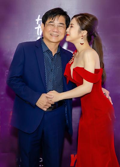 Hương Tràm ôm hôn bố.