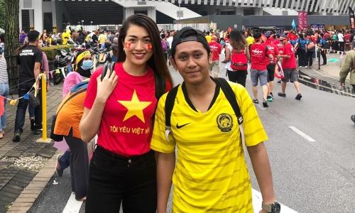 Lệ Hằng chụp ảnh lưu niệm cùng cổ động viên Malaysia.