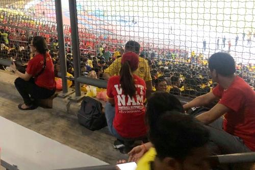Cổ động viên Việt phải theo dõi trận đấu ở hành lang.
