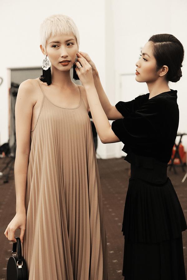 Tăng Thanh Hà chỉnh trang phục cho người mẫu trước giờ diễn