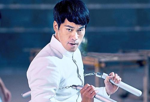 Trần Quốc Khôn sinh năm 1975, gây chú ý nhờ khuôn mặt giống Lý Tiểu Long. Anh cũnghọc Tiệt Quyền Đạo - môn võ của ngôi sao quá cố sáng tạo.