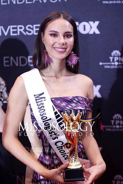 Catriona Gray nhận giải ở Bangkok ngày 14/12.