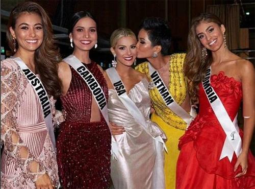 HHen Niê và thí sinh Campuchia chụp ảnh cùng ba người đẹp nói xấu họ trước đó.