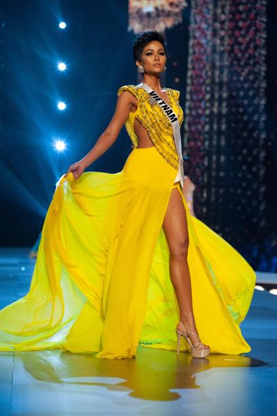 Chiếc váy dạ hội rực rỡ và bay bổng của HHen Niê. Ảnh: Patrick Prather.