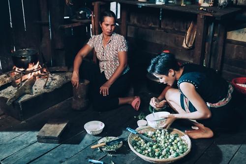 Hoa hậu nấu ăn cùng mẹ ở nhà.