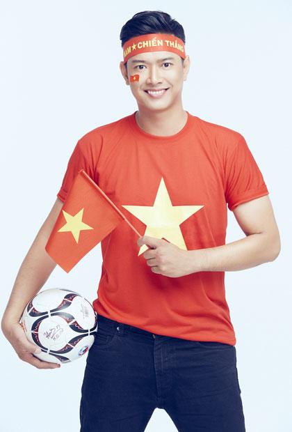 Người mẫu Hồ Đức Vĩnh là thành viên câu lạc bộ bóng đá nghệ sĩ ở TP HCM. Anh cũng lên kế hoạch thực hiện bộ ảnh cổ động cho đội nước nhà. Anh tạo dáng với quả bóng có chữ ký của đội trưởng Quang Hải.