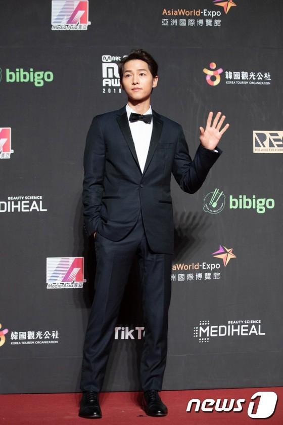 Song Joong Ki, Angelababy dự thảm đỏ MAMA Hong Kong