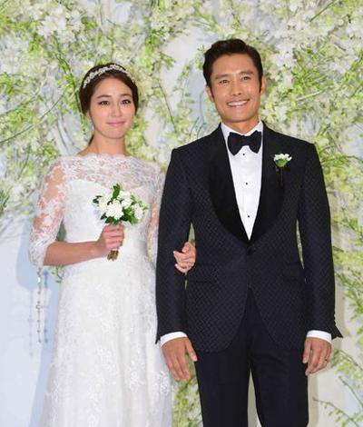 Lee Min Jung bên chồng - ông hoàng điện ảnh Hàn Lee Byung Hun. Họ kết hôn năm 2013, có một con trai.