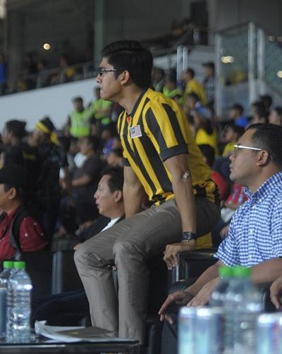 Anh mặc trang phục đội tuyển Malaysia khi xem đội nhà thi đấu