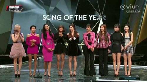 Các cô gái nhóm TWICE thắng giải