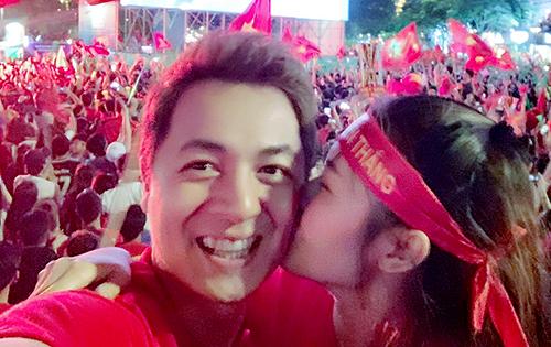 Vợ ca sĩ Đăng Khôi hôn chồng trong giây phút trọng tài thỏi còi kết thúc trận đấu với chiến thắng của Việt Nam tại phố đi bộ Nguyễn Huệ TP HCM.
