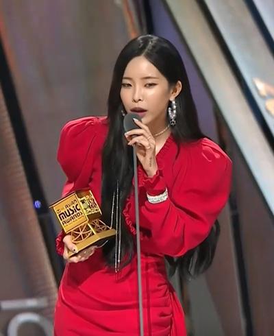 Heize nhận giải Nghệ sĩ solo có màn trình diễn vocal xuất sắc.