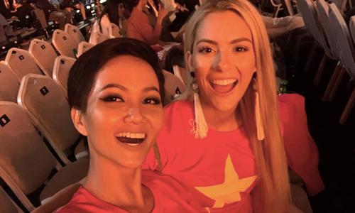 HHen Niê và Hoa hậu Mỹ (phải).