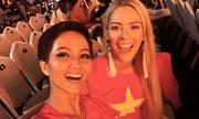 H'Hen Niê và Hoa hậu Mỹ cổ vũ đội tuyển Việt Nam