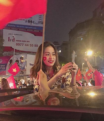 Hoàng Thùy Linh đi xe mui trần hòa vào dòng người đi bão của trung tâm TP HCM.