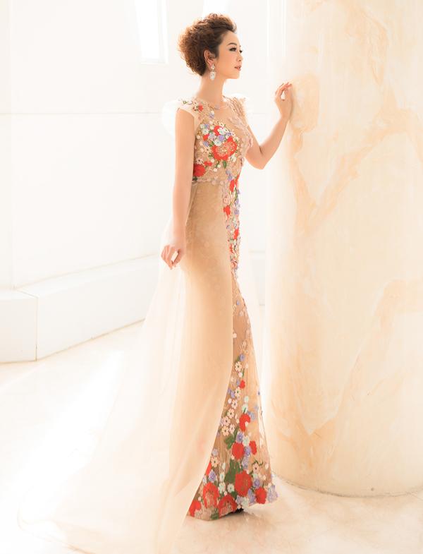 Jennifer Phạm diện váy xuyên thấu tôn dáng