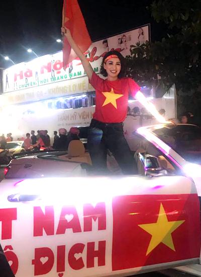 Ngọc Diễm xuống phố để hòa cùng niềm vui chiến thắng với khán giả.