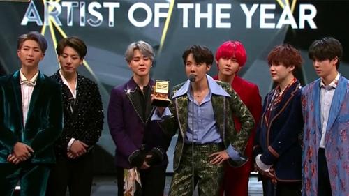 Lễ trao giải MAMA 2018 diễn ra ở Hong Kong tối 14/12. BTS được vinh danh với năm giải thưởng gồm hai giải quan trọng là Album của năm (Love Yourself: Tear), Nghệ sĩ của năm, MV hay nhất (Idol). Nhóm còn chiến thắng ở các hạng mục Mwave Global Choice (giải Mwave toàn cầu) và Best Asian Style (Phong cách châu Á). Trước đó, tại Nhật Bản, BTS thắng giải Worldwide Icon of the Year (Biểu tượng toàn cầu của năm).