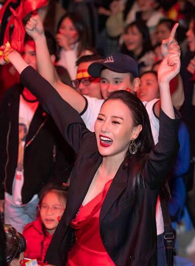 Tối 15/12, trận chung kết lượt về giữa đội tuyển Việt Nam - Malaysia diễn ra tại sân Mỹ Đình. Ở hiệp một, Việt Nam dẫn trước 1-0 với bàn thắng của cầu thủ Anh Đức. Tỷ số này được đội nhà nỗ lực giữ đến khi kết thúc hiệp hai.Phương Oanh dự sự kiện, xem bóng đá cùng thầy cô, sinh viên Đại học Thăng Long ở Hà Nội. Cô reo hò ầm ĩ khi hồi còi báo hiệu trận đấu vang lên.