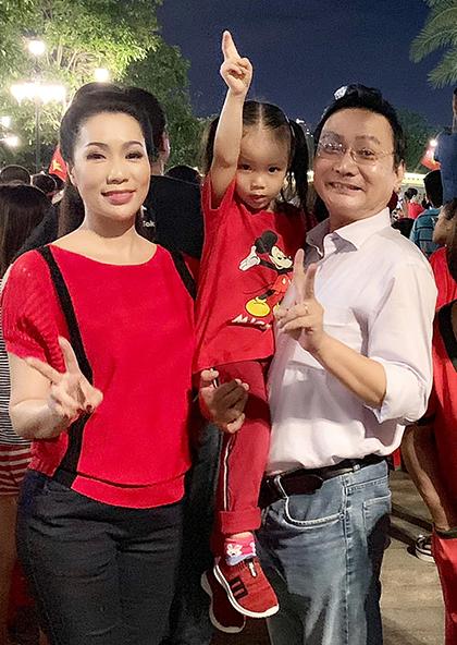 Vợ chồng á hậu Trịnh Kim Chi bế con gái nhỏ xuống phố xem bóng đá. Người đẹp chia sẻ, cô là fan của bóng đá và cảm thấy nghẹt ngào khi Việt Nam giành giải vô địch AFF Cup 2018. Có thể đêm nay tôikhông thể ngủ được vì quá vui, cô chia sẻ.