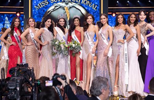 Minh Tú nổi bật tại Hoa hậu Siêu quốc gia.