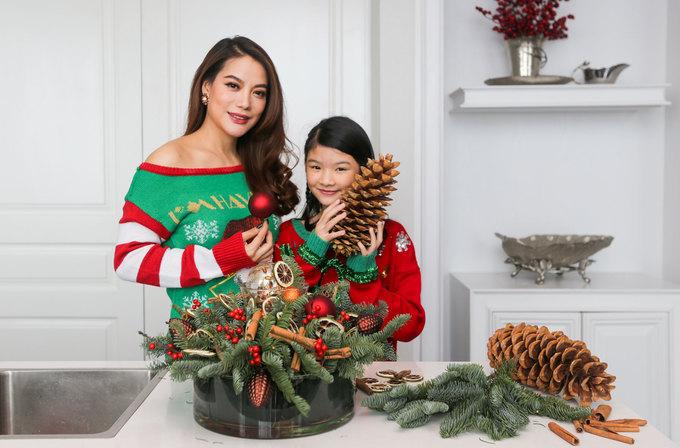 Trương Ngọc Ánh và con gái trang trí Noel tại penthouse mới mua