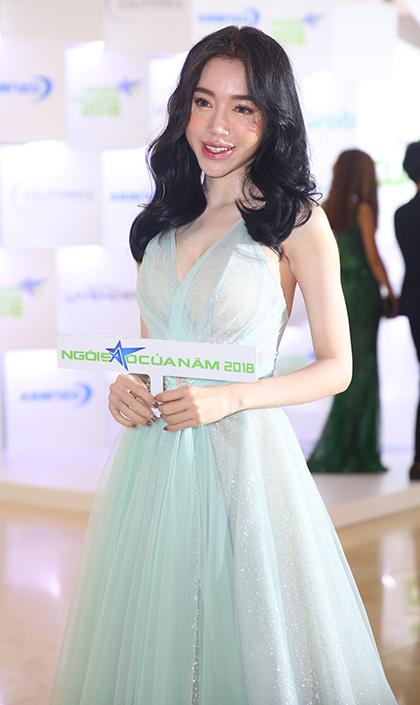 Elly Trần không hoạt động nghệ thuật nhiều trong những năm gần đây. Từ khi làm mẹ, cô ăn mặc kín đáo hơn.
