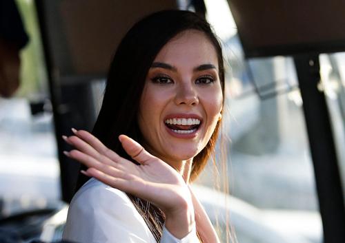 Catriona Gray trở về Philippines sau khi đăng quang Hoa hậu Hoàn vũ 2018 hôm 17/12. Cô bất ngờ khi có nhiều người ra tận sân bay đón mình.