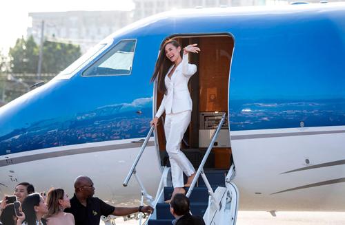 Hoa hậu 24 tuổi đi chuyên cơ riêng từ Bangkok. Theo GMA, cô trở về trên chuyến bay cùng tỷ phú Chavit Singson và ê-kíp tổ chức cuộc thi Hoa hậu Hoàn vũ. Hoa hậu được tỷ phú đãi champage và ăn nhẹ trên chuyến bay.