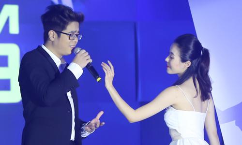 Bùi Anh Tuấn (trái) mang đến sự ngọt ngào với bản Ballad Mùa viết tình ca. Ca khúc là soundtrack trong bộ phim điện ảnh cùng tên do Thắng Vũ thực hiện. Tiết mục của anh được hai nghệ sĩ múa Bá Luân, Thu Trang hỗ trợ.