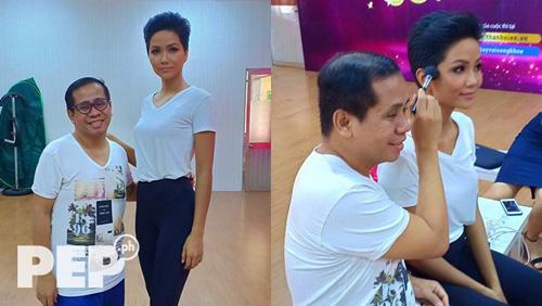 Anjo Santos không chỉ chỉnh vóc dáng, catwalk mà còn hướng dẫn HHen trang điểm. Ảnh: Pep.