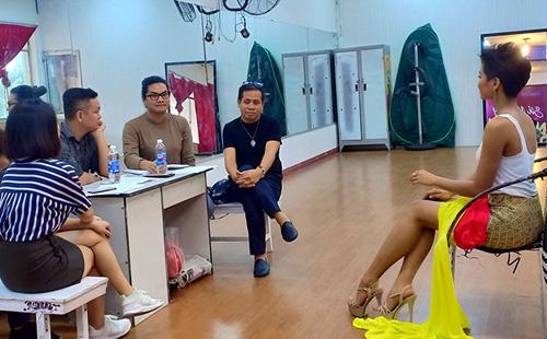 HHen Niê làm việc với ba chuyên gia Philippines trước khi đi thi Miss Universe. Ảnh: Pep.