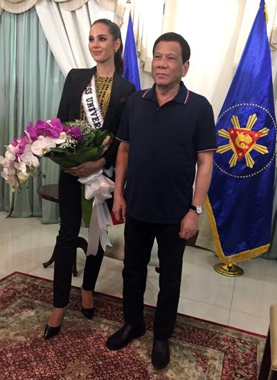 Tổng thống Rodrigo Duterte có cuộc gặp thân mật với tân hoa hậu. Ông tặng hoa và dành thời gian trò chuyện với cô.