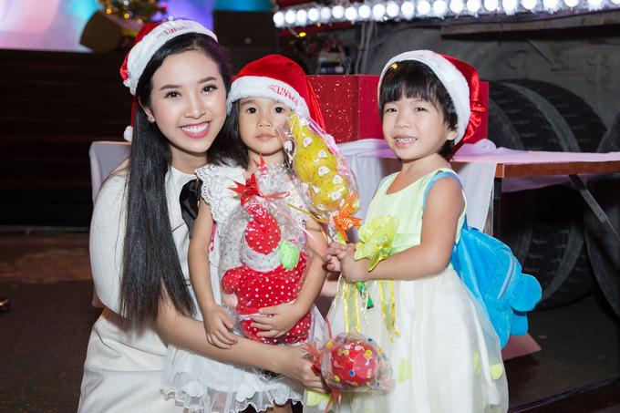 Hoa hậu Tiểu Vy hóa công chúa Noel vui chơi cùng bệnh nhi