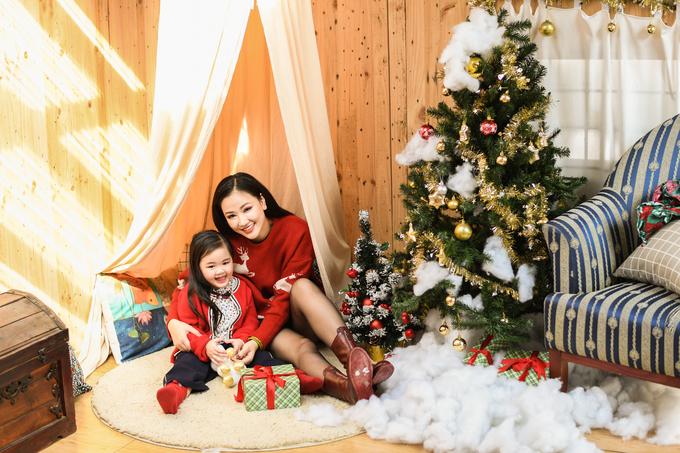 Maya và con gái chụp ảnh Giáng sinh