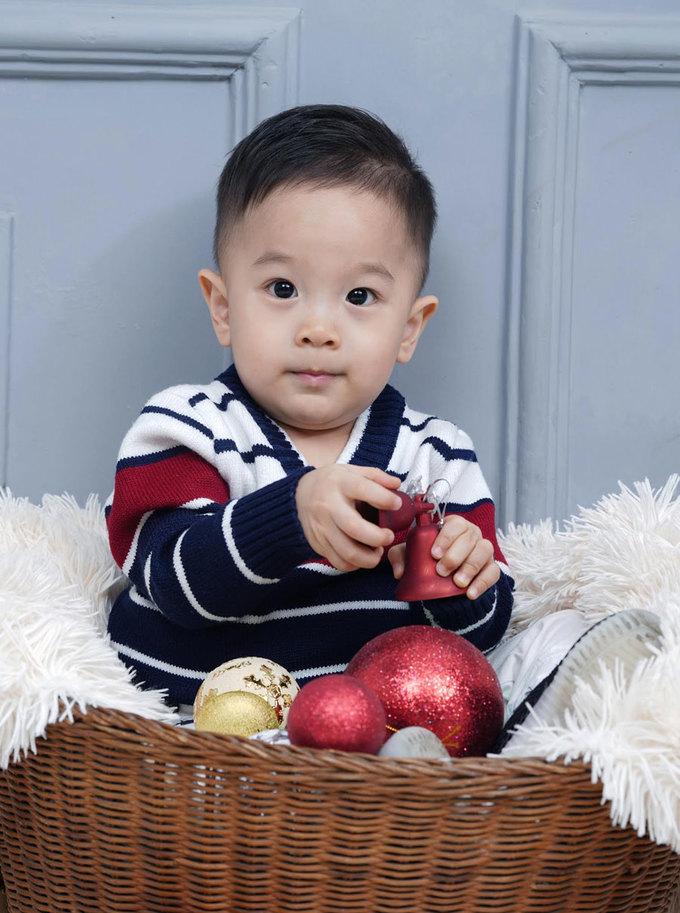 Con trai Quốc Cơ chụp ảnh Giáng sinh cùng ông bà