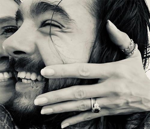 Heidi Klum khoe chiếc nhẫn đính hôn.