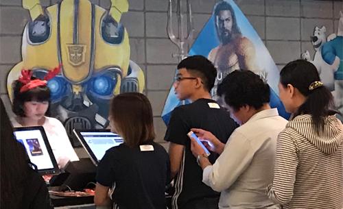 Tại một cụm rạp ở TP HCM, nhiều khán giả xếp hàng mua vé xem phim lúc gần 11h đêm. Aquaman là phim được lựa chọn nhiều nhất.