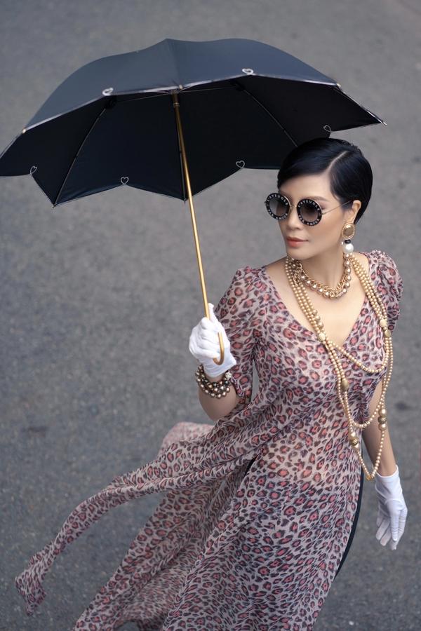 Vũ Cẩm Nhung hóa quý cô Sài Gòn