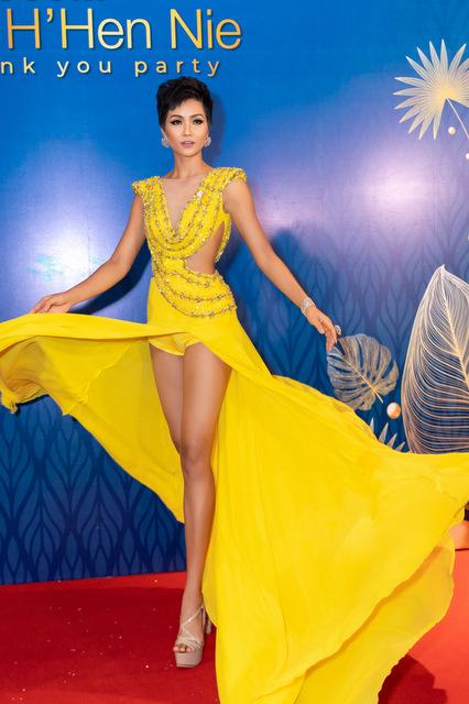 Tại đêm tiệc, HHen Niê hào hứng trình diễn lại màn xoay váy trong phần thi dạ hội tại bán kết Miss Universe.