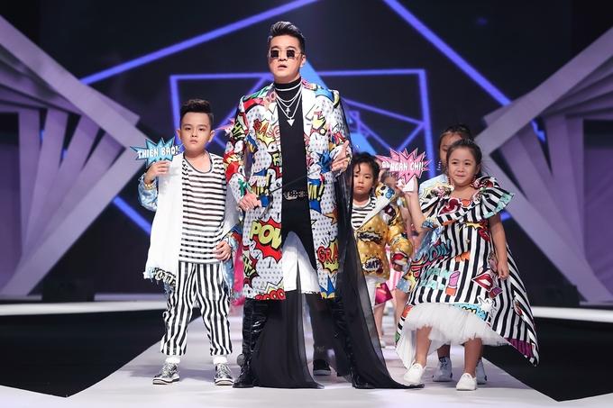 Đàm Vĩnh Hưng mặc màu sắc làm vedette trong show thời trang