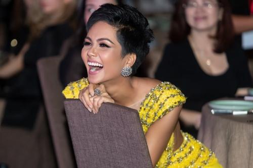 HHen Niê tái hiện cú xoay váy gây sốt tại Miss Universe (page 2)  - 3