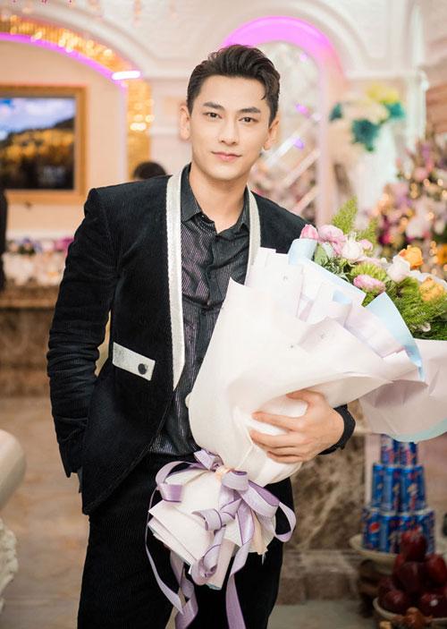 Isaac cũng góp mặt tại buổi khai trương. Anh diện vest đen bảnh bao