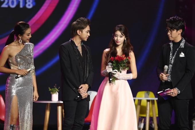 'Nữ thần K-pop' Ji Yeon thân mật bên Soobin Hoàng Sơn