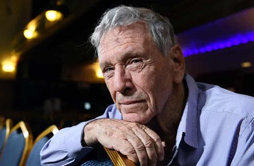 Nhà văn Amos Oz (1939-2018).